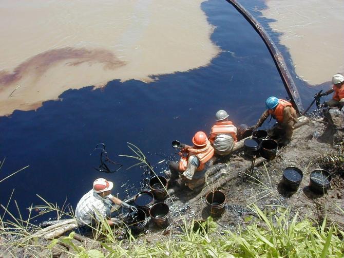 IMage 16 Cuenca el Mara├▒├│n.Trabajos de remediaci├│n por pobladores del derrame de 5000 barriles de petr├│leo en el 2000, responsabilidad de Pluspetrol.